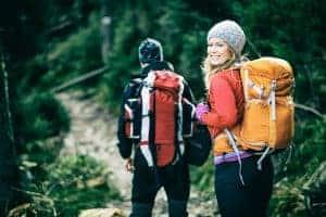 זוג מטיילים בטרק בהרים